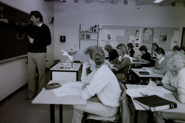 Bjørn O. Nordahl underviser i samfunnskunnskap. Bildet er fra 1980.