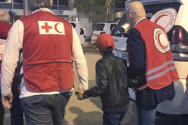 Bildet viser en 11 år gammel albansk gutt som reddes ut av al-Hol-leiren i november i år av Røde Kors/Røde Halvmåne. Gutten får komme hjem til faren som bor i Italia. (Foto: Red Cross and Red Crescent photo/AP/NTB Scanpix)