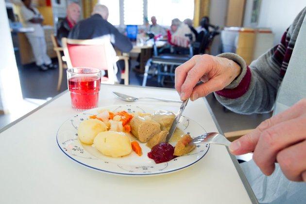 «Jeg ser frem til at Utvalg for velferd og folkehelse får en orientering om arbeidet med måltider på sykehjemmene våre. Og jeg oppfordrer alle som har egne erfaringer om dette til å skrive leserinnlegg eller ta kontakt med politikerne. Det skjer mye bra allerede - men vi kan bli bedre», skriver bystyrerepresentant Emil Engeset (H) i dette innlegget. (Illustrasjonsfoto: Heiko Junge, NTB)