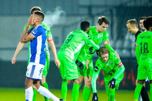 UTVIST: Sarpsborg 08s Mikael Dyrestam må forlate banen etter to gule kort i kampen mellom Sarpsborg 08 og Kristiansund. Ole Werner Mathisen er ikke spesielt imponert over svenskens innsats.