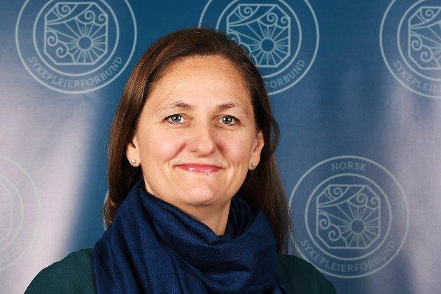«Å være sykepleier gir mening. Man får en unik mulighet til å kombinere et spennende og veldig varierende fag med å møte pasienter og pårørende i ulike faser i livet. Når man velger å bli sykepleier velger man et yrke hvor vi gir av oss selv. Og det er en god følelse», skriver Anita Talåsen Granli, foretakstillitsvalgt i Norsk Sykepleierforbund ved Sykehuset Østfold, i dette innlegget - som er forfattet i anledning den internasjonale sykepleierdagen 12. mai. (Foto: Kristin Henriksen)