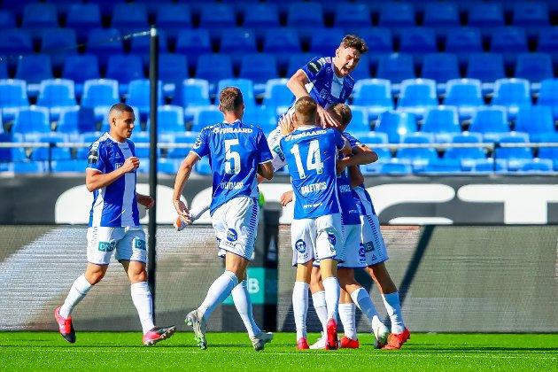 Sarpsborg 08s Jørgen Strand Larsen gratulerer Sarpsborg 08s Jonathan Lindseth med mål i kampen mellom Sarpsborg 08 og Start.