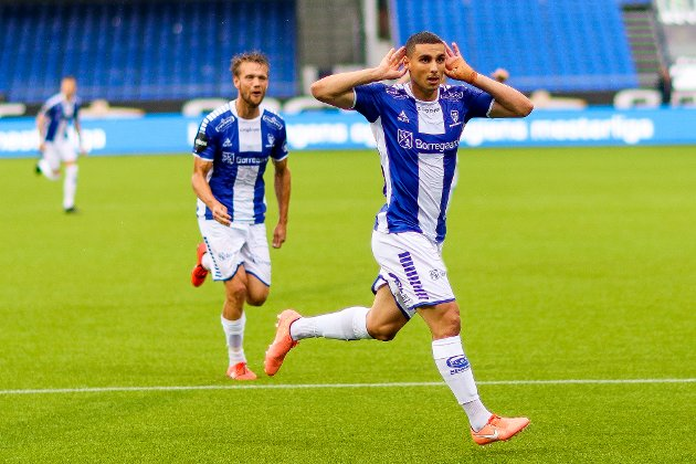 Sarpsborg 08s Mohamed Ofkir jubler for 2-0 mens Sarpsborg 08s Ole Jørgen Halvorsen kommer jublende til i bakgrunnen i kampen mellom Sarpsborg 08 og Odd.