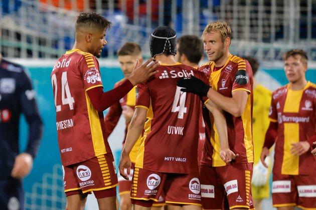 FORNØYD: Ole Werner Mathisen var særdeles godt fornøyd med innsatsen til Mikael Dyrestam (fra venstre), Anton Salétros, Bjørn Inge Utvik (nummer fire), Jonathan Lindseth, Eirik Wichne og de andre Sarpsborg 08-spillerne etter 3-1-seieren i Kristiansund.