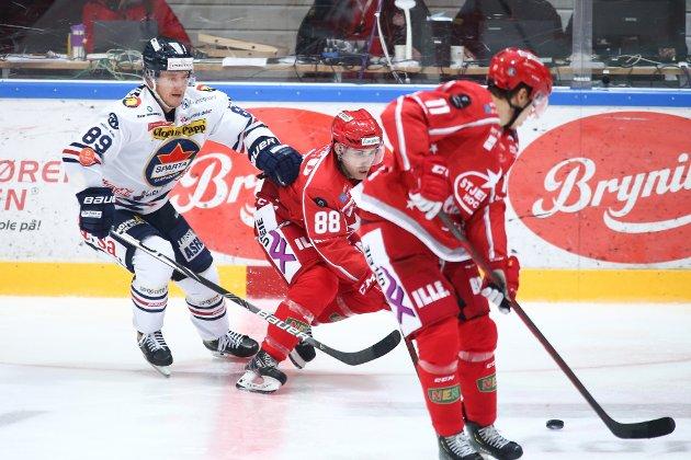 Spartas spiller Eirik Børresen prøver å stoppe Austin Cangelosi under eliteseriekampen i ishockey mellom Stjernen - Sparta i Stjernehallen. Foto: Christoffer Andersen