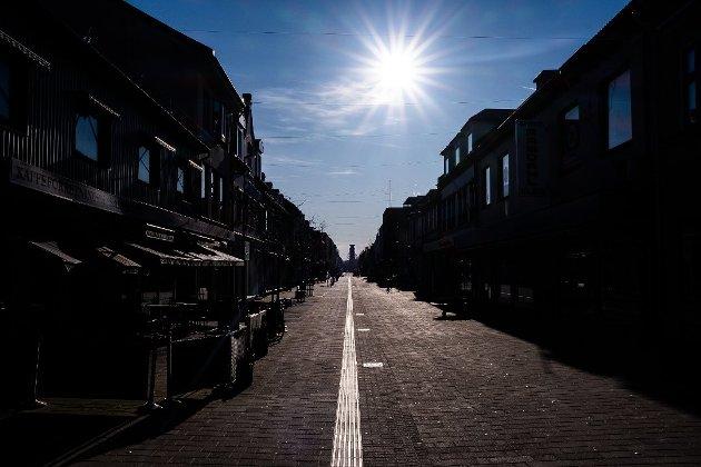 Koronatiden tærer på folks tålmodighet, med alle mulige smitteverntiltak, restriksjoner, stengte butikker og tidvis så å si folketom gågate. «I disse tider savner jeg livet i byen, og jeg forstår hvor viktig det er å holde liv i småbutikkene», skriver Bjørn Korsmo i dette innlegget.