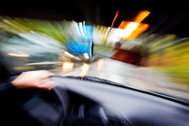 «Høy fart, ruspåvirket kjøring, uoppmerksomhet og manglende bruk av bilbelte er eksempler på atferd som gir sterkt forhøyet risiko for alvorlig skade eller død. Å motvirke slik atferd vil være et viktig innsatsområde i planperioden», skriver Stig Eid Sandstad, daglig leder i Ung i Trafikken, om Nasjonal Transportplan 2022-33. (Illustrasjonsfoto: Gorm Kallestad, NTB)