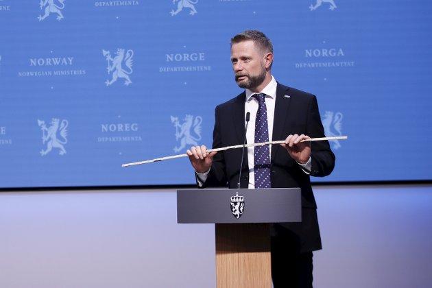 KAN LEGGES VEKK: : Statsråd Bent Høie kan omsider brette sammen tomme-   stokken under den 208. pressekonferanse om koronasituasjonen. Endelig fikk vi høre «Meter'n gjelder ikke lenger» som konstaterer at nå starter reisen tilbake mot det normale. Foto: Javad Parsa / NTB