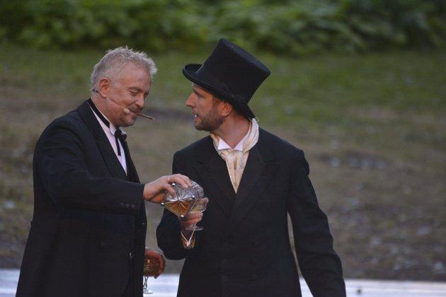 GODE MEDSPILLERE: Dennis Storhøi og Lars Johansson (t.h.) der det skjenkes - atter en gang.