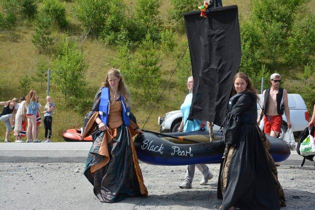 """Svanhild Madsen fra Trøgstad og Ragnhild Krogh, opprinnelig fra Marker, deltok for første gang med sjørøverbåten """"Black Pearl"""". De var også kledd som i filmen """"Pirates of the caribbean"""". Bildet er fra 2015."""
