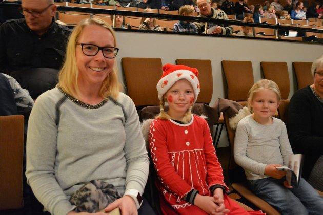 Klare: Inne i salen sitter Anne Marie Fagerbakken Heier (38), Astrid Juliane Fagerbakken Heier (7) og Elise Viola Boie Aandstad (6) klare for å bli underholdt.