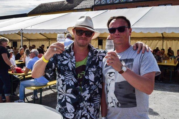 Masse bra øl: Jan Robert Midtbø (47) fra Spydeberg og Petter Sandvig (45) fra Askim. - Vi var her i fjor også. Vi storkoser oss, sier Petter. - Også er det jo masse bra øl, legger Jan Robert til.
