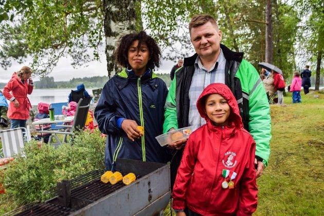 Tradisjon: Fra venstre: Tommy (12), Jarle (50) og Rune (9) Korterud fra Mysen. – Det har blitt en tradisjon for oss å komme hit på sankthans. Det er mye bedre enn å sitte hjemme, sier Jarle.
