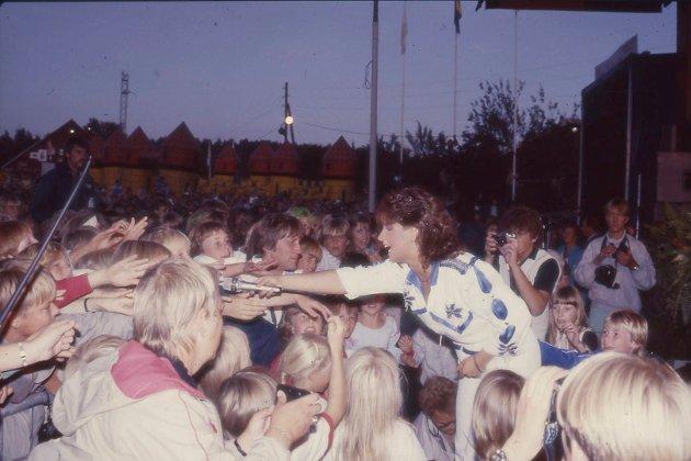 BILDESKATT: Smaalenenes Avis har fått tilgang til Momarkedets egne bilder. Mange av bildene har aldri vært vist offentlig før nå. Her presenterer vi 100 av høydepunktene fra markedets unike historie. Her er et bilde av  Carola Häggkvist, som var på Momarkedet flere ganger. Første gang i 1983. Bildet kan være fra 1991.