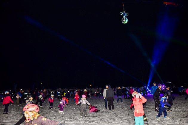Det var mange hundre mennesker på skøytedisko i Askim fredag kveld.