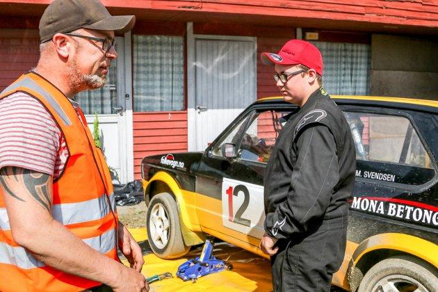 GOD HJELP AV PAPPA: Bilen var ferdig skrudd klokken fire natt til lørdag, med god hjelp av pappa Morten. Alt for at Marius M. Svendsen skulle få kjøre sitt første rallycrossløp.