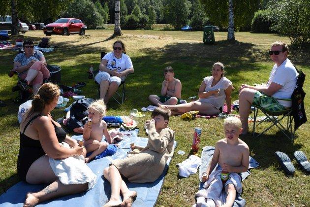 Gjengen fra Trøndelag koser seg på piknikk i sol og skygge.