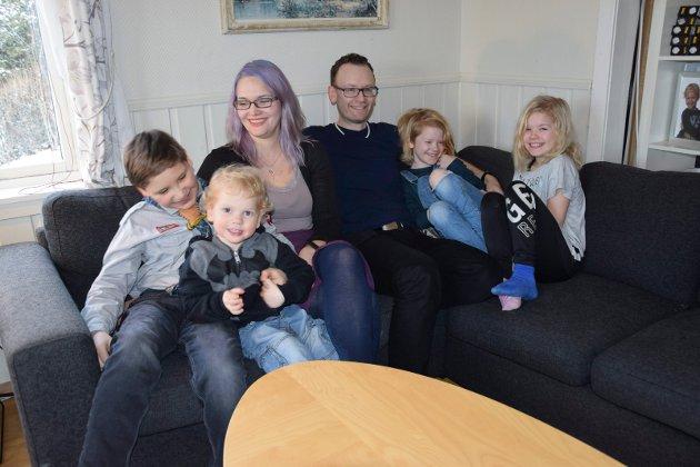 SAMMEN: Sofakos med hele familien; Karin G. Byom (33) og Morten G. Byom (43) med barna Niklas (11), Felix (2 1/2), Alexandra (9) og Cecilie (9). (Tvillingene fyller 10 år i februar.)