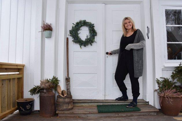 Velkommen: Inger Lund (28) er en svært gjestfri dame. Hun ønsker alle velkommen inn.