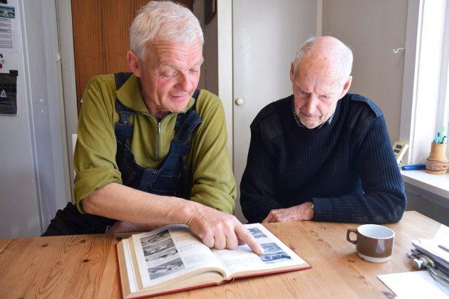 KUNNSKAP OM GÅRDEN: Alf Olav og Roald har bladd seg frem til Langbråten i «Norske Gårdsbruk». Det var mye dyr på gården, blant annet seks kyr og en hest. – På det meste hadde vi 500 høns, forteller Roald Langbråten.
