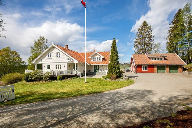Velkommen til Solbakken. Det er ikke ofte det er boliger i denne prisklassen til salgs i Trøgstad.