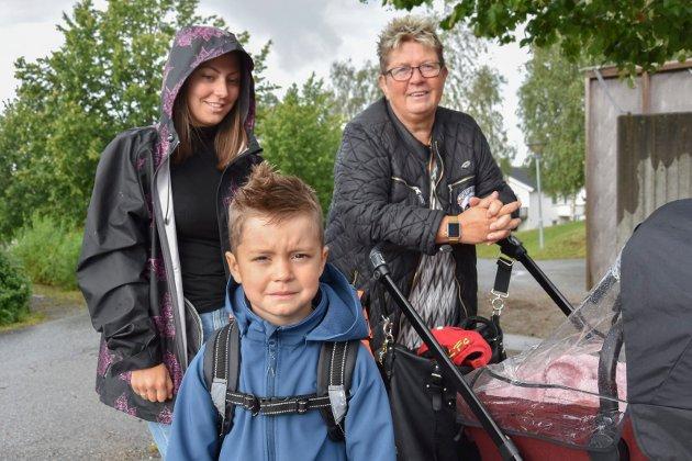 Klar for skolestart: Charles Emilian Pettersen (5) er klar for skolestart i 1B på Mysen skole. Her sammen med  May-Brit Pettersen og May Ulla Pettersen.