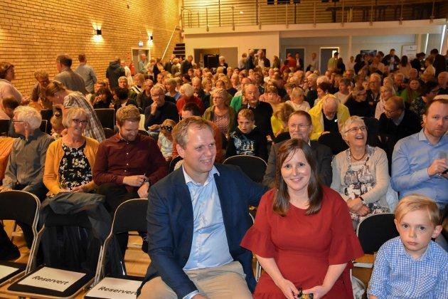 Populært: Over 200 var i salen for å se dokumentaren om Spydeberg-bonden Einar. Her med kona Marit Kristine rett før filmen startet torsdag kveld.