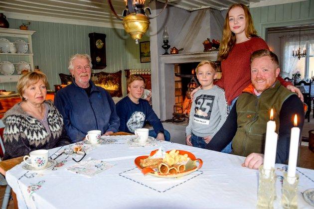 TRE GENERASJONER: Gamlestua på Nygård betyr noe helt spesielt for storfamilien; fra venstre Aud (64) og Göran (63) Augustsson, barnebarna Andreas (16), Emil (7) og Susanne (17), og pappa Glenn Augustsson (39). Mamma Linda (39) var på jobb da vi kom på besøk.