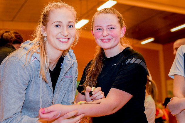 AUTOGRAF: Hanna Bjerketvedt Moen synes det var kult å få besøk av Linn Jørum Sulland og Marta Tomac på treningen i Skiptvet. – Begge to er veldig gode, men jeg synes kanskje Tomac er den beste av dem nå, smiler 13-åringen, som elsker håndball. – Det er både en morsom sport å spille og så er den veldig sosial, mener hun.