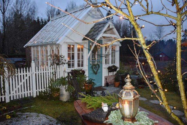 Julehuset i hagen: Slik ser huset til Cathrine Rød Gundersen ut i jula. Det er julepyntet både ute og inne.