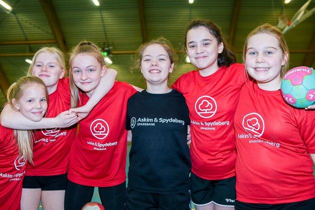 Disse seks jentene fra Askim storkoste seg på håndballskole i Askimhallen. Fra venstre: Elmine Tomter (12), Nora Helgesen (13), Kristine Hysestad (12), Veslemøy Draumås (13), Unzile Ceviz (12) og Emma Karlsrud (12).
