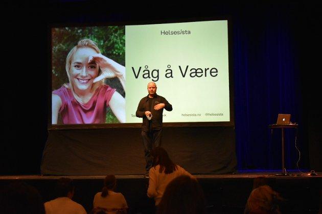 ØNSKES VELKOMMEN: Publikum ønskes endelig velkommen etter at foredraget ble utsatt i høst.