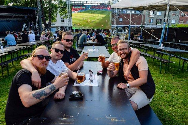 ØL OG STEMNING: F.v.  Stian Haugen (30), Vidar Løken (35), Jan Løken (39) og Mehdi Sharafaldin (28) alle fra Askim koste seg med øl og fotball.