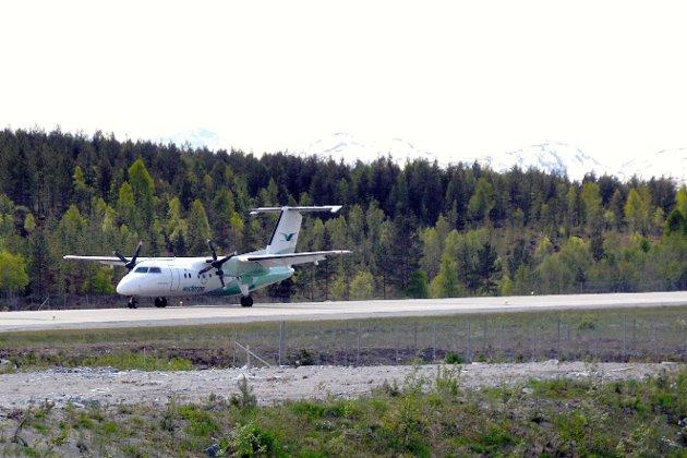 LOVNADER: - Vi kan forsikre om at det ikkje er vår politikk å legge ned småflyplassar, skriv Jonny Finstad og Liv Kari Eskeland.