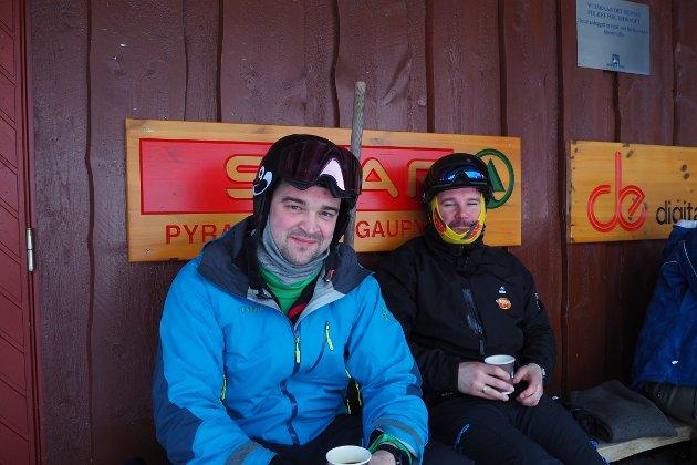 KAFFIPAUSE: Geir Årdal (t.v.) og Leif Åge Eikefjord tykte det var magisk å køyra i laussnøen laurdag. Her tek dei seg ein kaffipause ved billettbua.