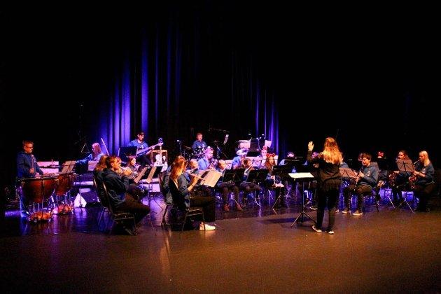 Farnes skulemusikk med dirigent Sigyn Øren, spelte «Disney favorites»