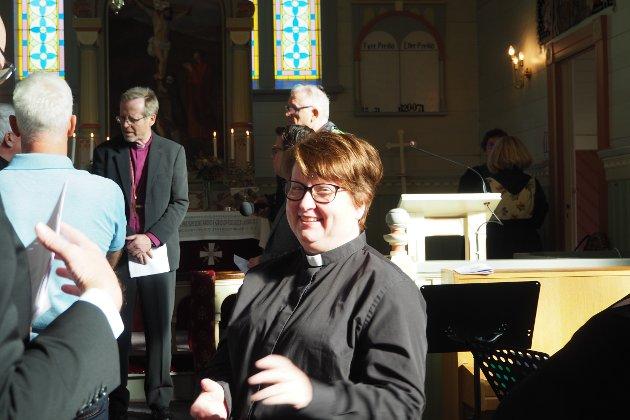 FØR: Kathrine Valle er glad, men spent i kyrkja før ordinasjonen.