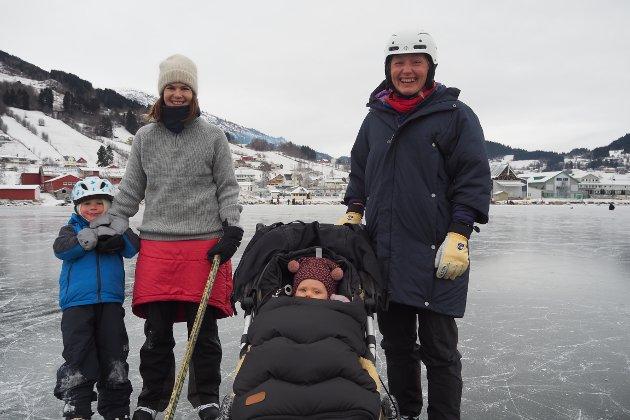 Birk Tønneson (t.v.), Anna Hjetland Jeraker, Birgit Rustad med Asta i vogna kom frå Sogndal for å kosa seg på isen. – Det er kjekt å gå på skøyter. Me er litt rustne, men no får me øvd oss litt, seier Anna.