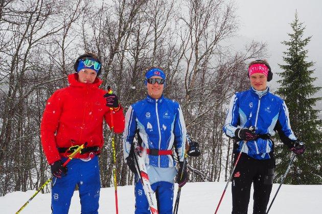 SOGNDØLER: Deltakarane i KM i sprint kom frå heile Sogn og Fjordane. Desse tre er frå Sogndal og i full gang med oppvarminga. F.v. Lars Teigen (17), Vegard Eikevik (19) og Ulvar Tufte (18).