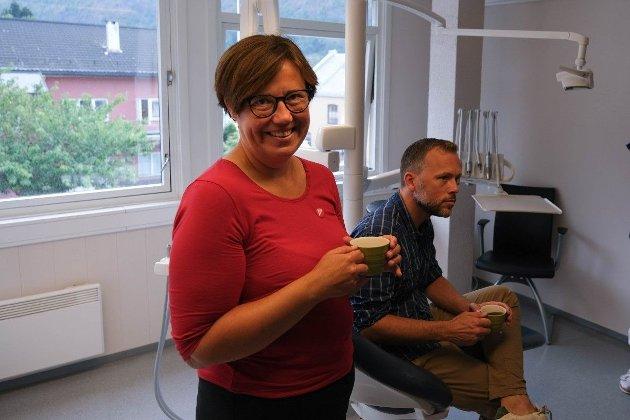 Hege Lothe med partileiar Audun Lysbakken i tannlegestolen bak.