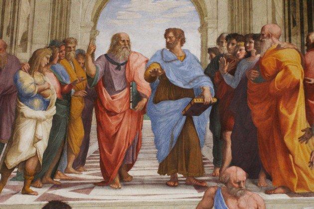 Plato (I midten, venstre) peker opp til idéverden og Aristoteles (I midten, høyre) peker ned på jorden.