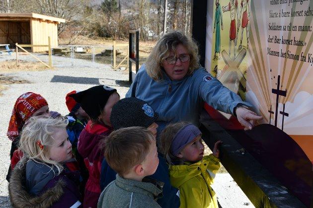 FOR ALLE: Barnehagestyrar Liv Marit Barka fortel at barnehagane bruker marka til å gå påskevandringa på dagtid, men at det er rom for både skular og privatpersonar å ta seg ein runde.