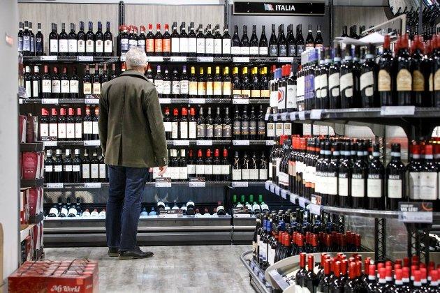 Strand AA ønsker kontakt med lokale personer som sliter med alkoholen. NB. Dette er et illustrasjonsfoto og personen på bildet har ingenting med saken å gjøre.
