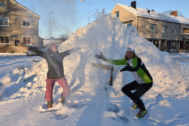 ENDELIG SNØ: Andrea Rikstad Hagstrøm fra Bedriftsidretten Nord-Trøndelag og banksjef Ida Vassmo i Grong sparebank er strålende fornøyd med at snøen endelig har kommet, slik at det går an å gå på ski flere steder.  Ski på topp er en av flere gode nyheter som kom denne uka.