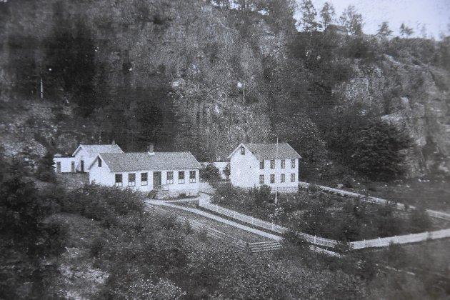 Berger skole: Skolen var inndelt i to klasserom. Vinduene til venstre tilhørte 1-3 klasse, vinduene til høyre  tilhørte 4-7 klasse. Bak ser du sløydsalen, og til høyre lærerboligen der Frank Eastwood er oppvokst. Årstall for foto er ikke kjent.
