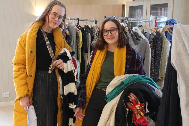 Nesten alt vi har på oss nå, er kjøpt brukt, sier Ingrid og Kamilla og peker på det de allerede har på seg. - Det er kjempegøy å finne klær som ikke alle andre har. Vi liker å eksperimentere med mote og klær, så dette er midt i blinken for oss.