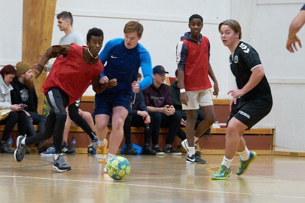 Med ballen: Her er det Lasse Olsen som har ballen.  Lagene er Lekestue og Young Boys.