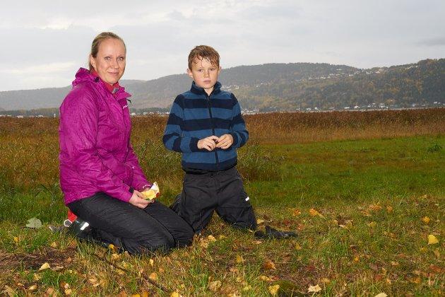 Kvikklunsj: Kristian (8år) og mamma Ane Berit Røskar tar en pust i bakken og en velfortjent Kvikklunsj.