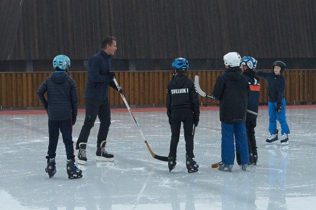 Ishockey:  Det var flere gutter som spilte ishockey.
