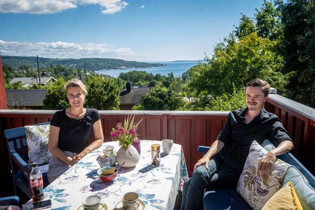 For et drøyt halvår siden flyttet Herman Ekle Lund (t.h) inn hos Camilla Fjeld Gustavsen. De bor sammen i hennes barndomshjem på Berger.